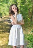 Ragazza di bellezza in un abito stile in una foresta — Foto Stock