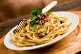 Pasta met olijven en peterselie — Stockfoto