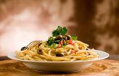 Macarrão com azeitonas e salsa — Foto Stock