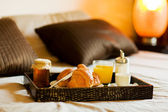Ontbijt in de slaapkamer — Stockfoto