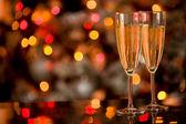 Champagner op glazen tafel met bokeh achtergrond — Stockfoto