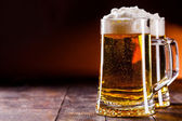Cerveza de mesa de madera — Foto de Stock