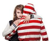 Menina abraçando um homem de capuz — Foto Stock