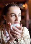Vrouw ontspannen in café — Stockfoto