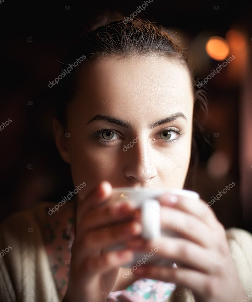 Natural beauty woman relaxing in cafe enjoying coffee and dreaming — Stock Photo #10423178