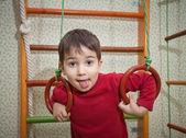 Niño en casa del deporte gimnasio — Foto de Stock