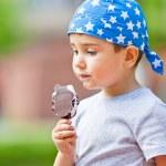 Boy eats ice cream — Stock Photo