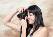 Jonge vrouw met digitale camera — Stockfoto