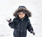 Bola de nieve de chico lindo holding — Foto de Stock