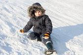 Giovane ragazzo sulla neve — Foto Stock