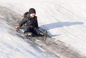 Ragazzino sulla collina di ghiaccio — Foto Stock