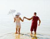 Muž a žena v ročníku pruhované plavky — Stock fotografie