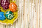 Ovos na cesta de Páscoa — Fotografia Stock