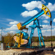 Oil pump under blue sky - 图库照片