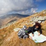 lecture d'une carte des montagnes — Photo