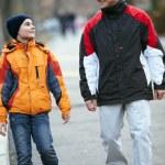 Ojciec i syn spaceru w parku — Zdjęcie stockowe