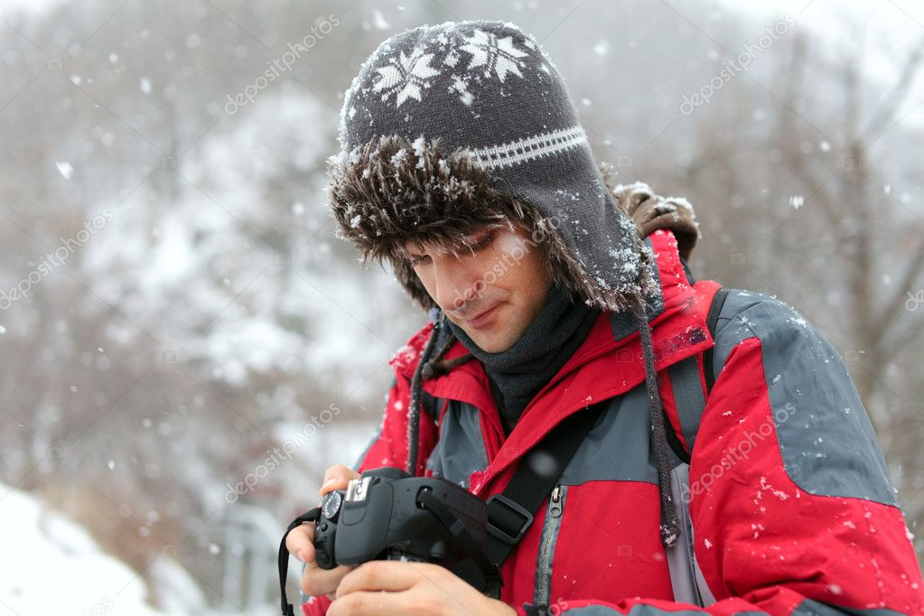 Tourist with camera outdoor in the nature on a winter day — Stock Photo #8755078