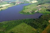 Laguna e agricoltura verdi campi — Foto Stock