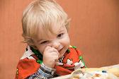 Chlapec jí jídlo — Stock fotografie