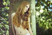 Мода Портрет молодой голые женщины в саду — Стоковое фото