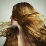 Portrait de jeune femme magnifique avec une longue chevelure — Photo #10552770