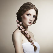 Ritratto di una bella donna con fiori tra i capelli — Foto Stock