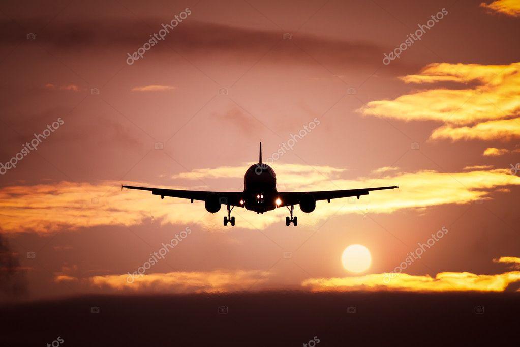 在落日的天空的飞机