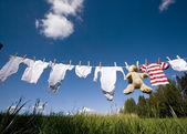 Kojenecké oblečení na prádelní šňůru — Stock fotografie
