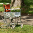 Old abandoned wheelchair in park — Stock fotografie