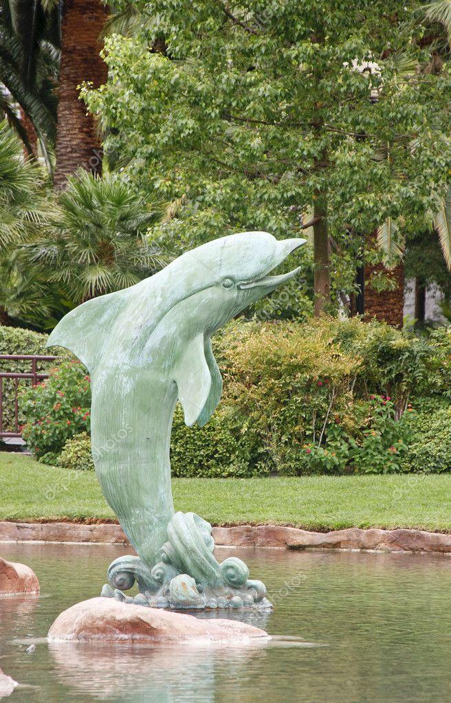 Dophin fontaine dans la piscine tropicale photographie for Fontaine de piscine