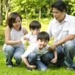 Aziatische en gelukkige familie — Stockfoto