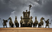 The sculpture of horses on the triumphal arch of St. Petersburg — Stock Photo