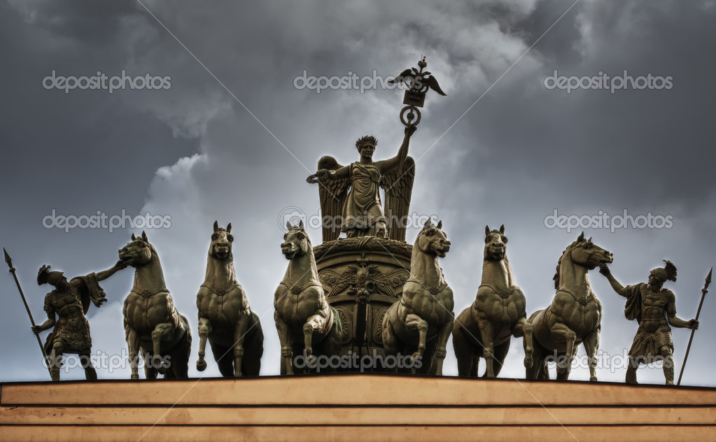 The sculpture of horses on the triumphal arch of St. Petersburg in the sky — Stock Photo #8406672