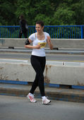 BELGRADE, SERBIA - APRIL 22: An unidentified woman runs in 25th Belgrade Maratho — Foto Stock