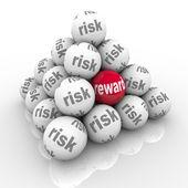 Rizika vs odměnit pyramidy, koule návratnost investic — Stock fotografie