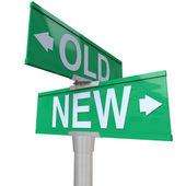 Escoge viejo o nuevo 2 vías signo calle apuntando flechas — Foto de Stock