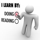 Aprendo haciendo vs lectura a hombre elegir estilo de educación — Foto de Stock