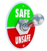 Veilig of onveilig tuimelschakelaar kiezen veiligheid versus gevaar — Stockfoto