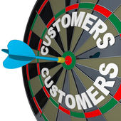 Dart in Bulls-Eye Target Customers Word on Dartboard — Foto Stock
