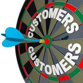 šipky na terč v býků eye cílové zákazníky word — Stock fotografie