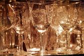 Fina dricka glas på display glashylla — Stockfoto