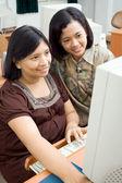 Donna incinta e amico di navigazione internet — Foto Stock