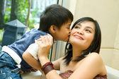 Asiatiska pojke kysser mamma — Stockfoto