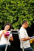Etnische studenten lezen boeken — Stockfoto