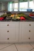 Bolsos de compras en la encimera de la cocina — Foto de Stock