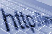 Schaduwen op laptop toetsenbord — Stockfoto