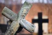 Se penchant croix au cimetière — Photo