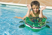 Kid playing at the swimming pool — Stock Photo