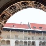 古典建築の列。ロイヤル ヴァヴェル城、クラクフポーランド — ストック写真