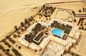 Luxury hotel with a swimming pool in Sahara, Tunisia — Stock Photo